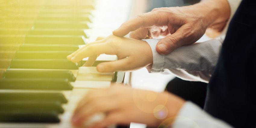 Gemeinsames Klavierspielen mit Klavierlehrer
